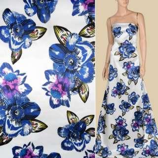 Атлас віскозний стрейч білий в великі синьо-бузкові квіти, ш.143 оптом