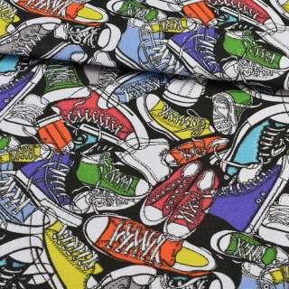 Деко-коттон разноцветные кеды на черном фоне, ш.150 оптом